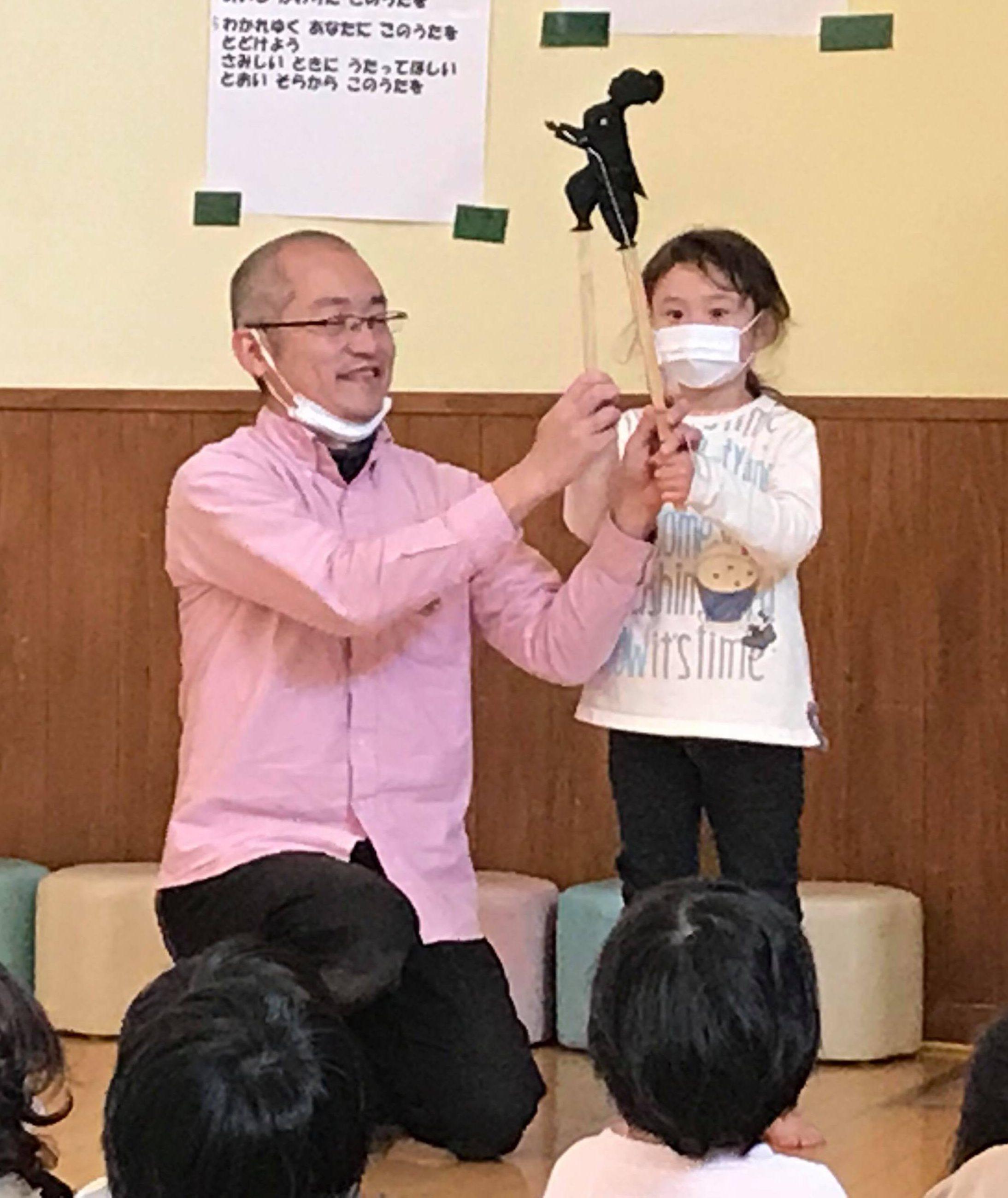 影絵人形劇の参加・体験する子には、持ち方・動かし方をお伝えします