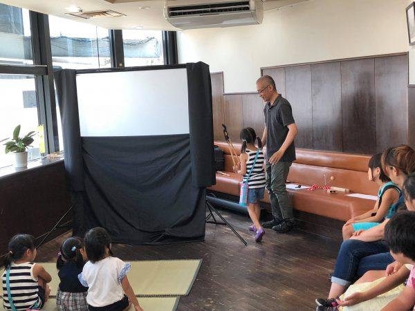 参加・体験型の影絵劇では、観客の皆さんに影絵人形を持っていただくシーンがあります。