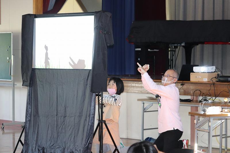 参加体験型の影絵人形劇をしています。