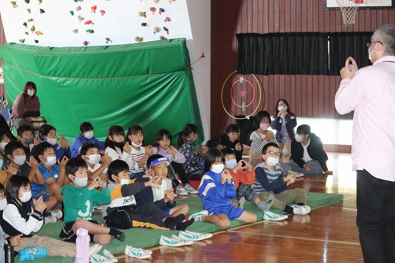 小規模の小学校を中心に影絵人形劇をしています。